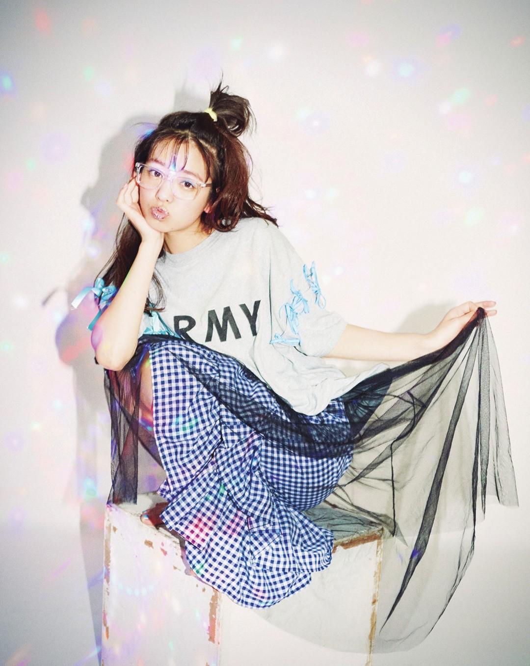 「オーバーサイズのリメイクTシャツに、あえてギンガムチェック×チュールのガーリーなスカートをあわせてMIXしてみたよ♡」(横田真悠)