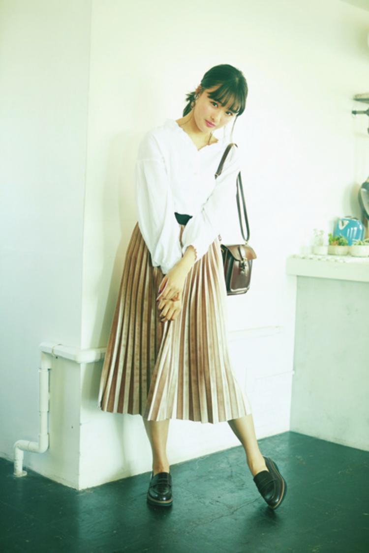 (3/22毎日コーデ)「シンプルなのに、スカートの素材や色がキレイだからおしゃ度がすごい!」(大友花恋)ベロアプリーツスカート¥4900/one way ブラウス¥4900(179/WG)/ニコル イヤリング¥2000/Grandedge渋谷109店 ミニショルダーバッグ¥2999/SPINNS ローファー¥12800(enchanted)/グランデ