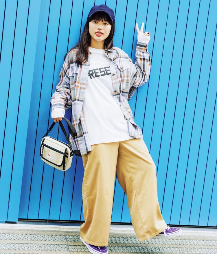 (1/7 清原果耶・毎日コーデ)シャツ&チノパンの男のコちっくなコンビは、ロゴで鮮度を高めて。ロンT¥1490・シャツ(一部店舗のみ販売)¥1990/GU パンツ(サスペつき)¥6900/NiCORON SHIBUYA109店 キャップ¥3800/ニューエラ バッグ¥3333/FILA スニーカー¥7000/VANS JAPAN