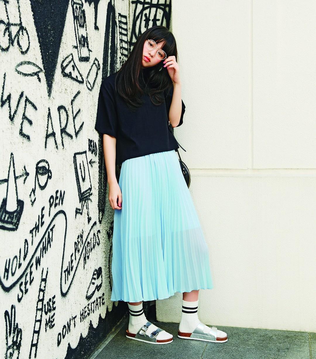 「オトナのこなれ感を意識してみたスタイルだよ! ゆるいスカートに、あえて少しゆるめのトップスを合わせたところがお気に入り♡」(横田真悠)