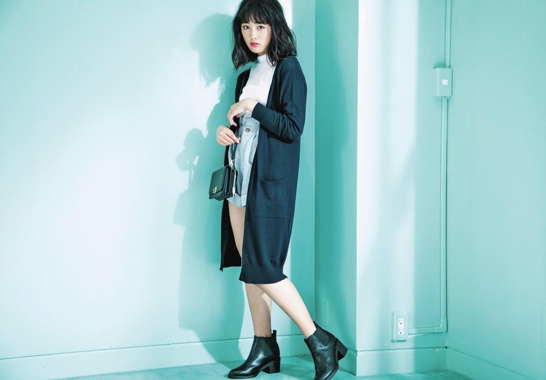 「冬でもショーパン履きたい! って日はロングカーデをあわせるのが良いみたい。長短バランスもイイ♡」(大友花恋)