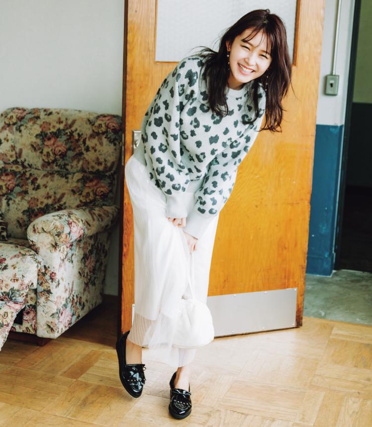 (1/20 久間田琳加・毎日コーデ)優しげな印象のブルーグレーのレオパニットなら、白のチュールスカートに合わせてもしっくりまとまるよ。ポップなかわいさが出せる大きめの柄を選ぶと女のコらしさが強調されるのでマネしてみてね。足元はローファーで引き締め。ニット¥5500/NiCORON SHIBUYA109店 スカート¥1998/SPINNS イヤリング¥300/パリスキッズ原宿店 バッグ¥1181/GRL(グレイル) 靴¥14000/ダイアナ(ダイアナ 銀座本店)