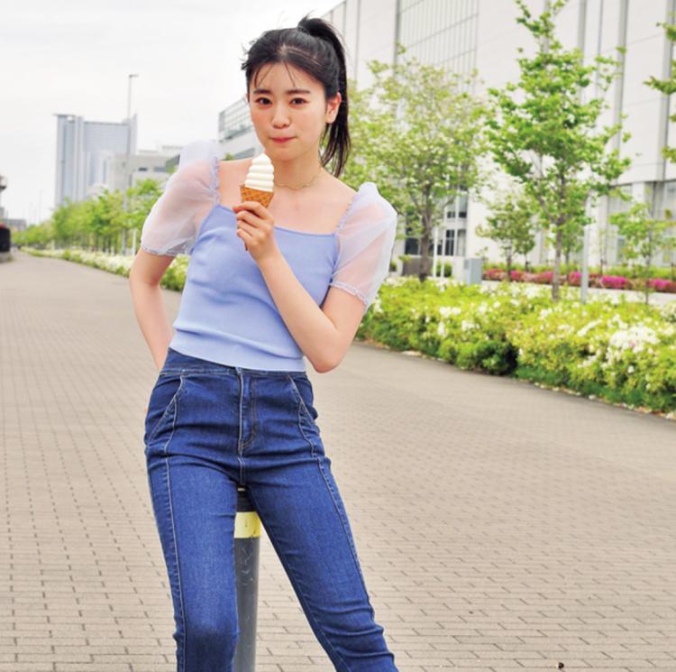 (8/23 坂井仁香・毎日私服コーデ)「そでふわトップスは『ザラ』で約¥5000。かわいい系の服が好きだから、トップス甘め&デニムで引き算、がてっぱん」