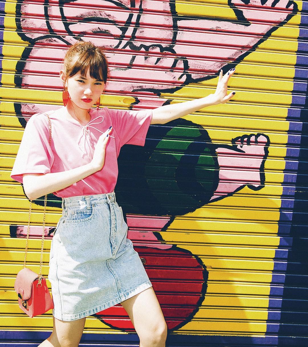 「デニムスカートは古着だよ! この色オチ感、新品ではなかなかないでしょ。ピンクのトップスでカジュアルだけど、女のコっぽく♡」(マーシュ彩)