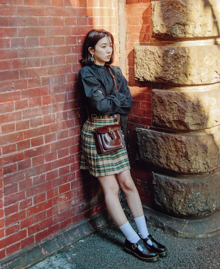 「チェックミニでイギリスの女のコをイメージしてみた! サッチェルバッグとバックル靴をあわせて、小物上手に見せたいな☺」(永野芽郁) ブラウス¥2999・スカート¥2999・バッグ¥2999/SPINNS 靴¥19000/ドクターマーチン・エアウエア ジャパン イヤリング¥300/パリスキッズ原宿店 ソックス¥600(靴下屋)/タビオ