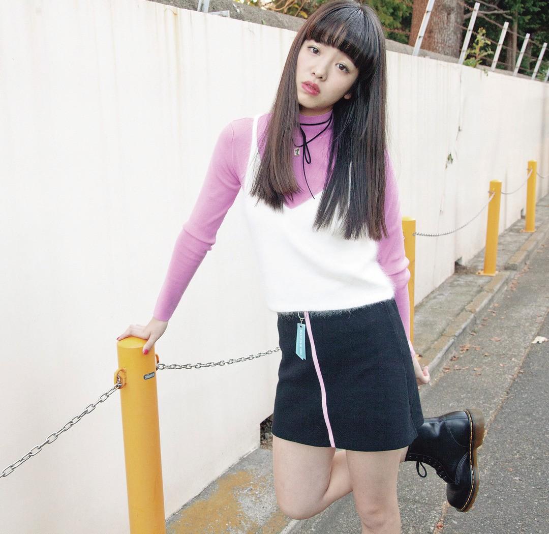 「ピンクがやっぱり気になる♡ 強めのピンク×黒に白のふわふわキャミを重ねてちょっと甘めに仕上げたよ!」(横田真悠)