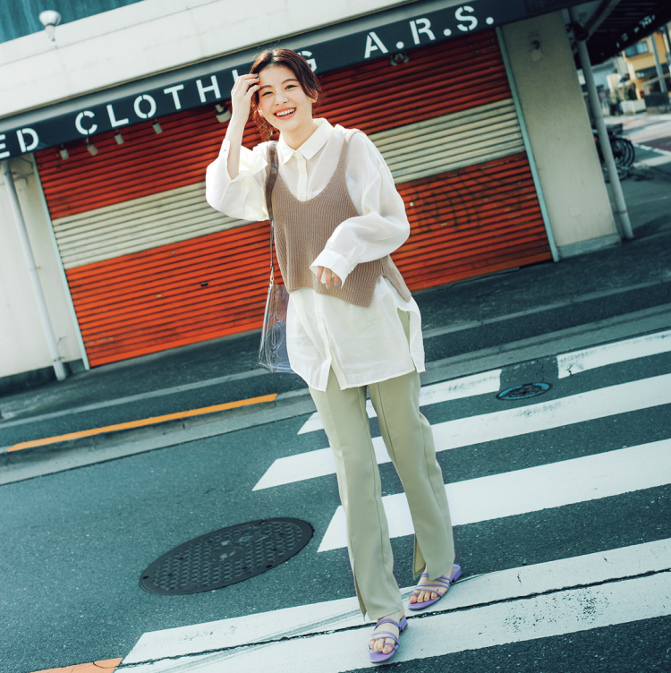 (7/31 出口夏希・毎日コーデ) ビッグシャツ×ビスチェで細見えも叶う旬なレイヤード。シャツはアウトで着て、サイズ感を生かそう。シャツ¥2599・パンツ¥2999/SPINNS ビスチェ¥1900/SpRay渋谷109店 ポーチつきバッグ¥4500/ACCOMMODEルミネエスト新宿店 サンダル¥55 00(オリエンタルトラフィック)/ダブルエー インナー/スタイリスト私物