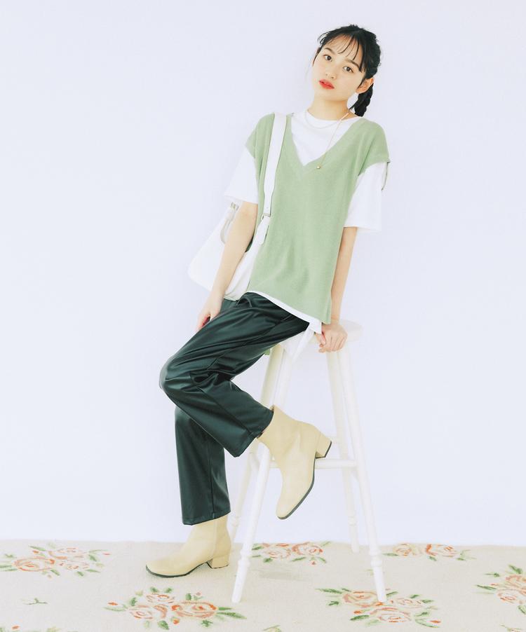 (4/29 加藤栞・毎日コーデ) 私服のときは、セットのTシャツと重ねるだけでサマになる優秀さ♪ 定番のデニム合わせもいいけど、旬のレザーパンツとの素材感をMIXさせるのがイチオシ! パンツ¥3520・ネックレス¥1320/SPINNS バッグ¥2199・ブーツ¥3299/WEGO
