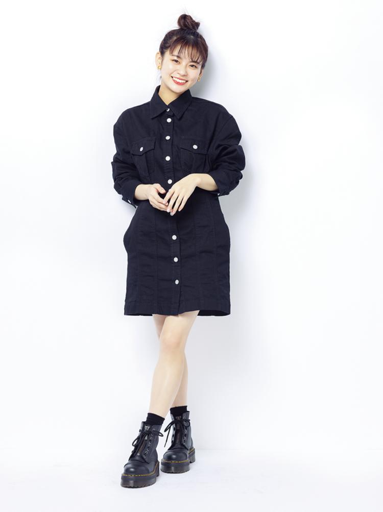 (2/21 永瀬莉子・毎日コーデ)「最近はブラックコーデにハマってる。女性らしいラインが出る『MOUSSY』のワンピースに、『ドクターマーチン』のブーツを合わせてみたよ」全て莉子私物