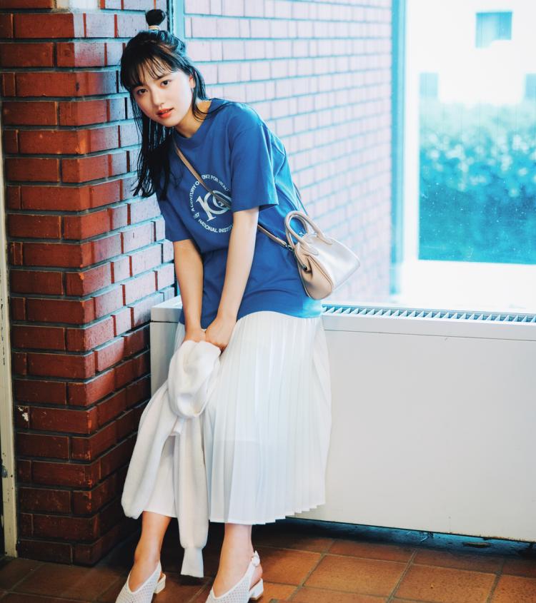 (4/27 清原果耶・毎日コーデ) 鮮やかなブルーにロゴが映える。白スカート&白パンプス合わせたらデートにぴったりのコーデが完成。Tシャツ(USED)¥1000/西海岸ANCHOR原宿店 スカート¥4550/ストラディバリウス・ジャパン カーディガン¥19 99/WEGO バッグ¥3000(merlot plus)/メルローオンラインショップ 靴¥6400/RANDA