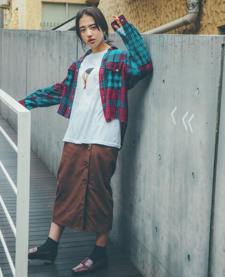 (10/25 清原果耶・毎日コーデ)存在感あるイラストで ラフなコーデを引き締め。チェックシャツとブラウンスカートの古着っぽコーデが、コケティッシュなイラストのロンTのおかげでスタイリッシュに。ロンT¥4500/SOUTY シャツ¥21000/ディーゼル ジャパン スカート¥2990/WEGO イヤリング¥1800/Jemica ルミネエスト店 ソックス¥1000(17℃)/Blondoll 新丸の内ビル店 ローファー¥6900/CAMILLE BIS RANDA