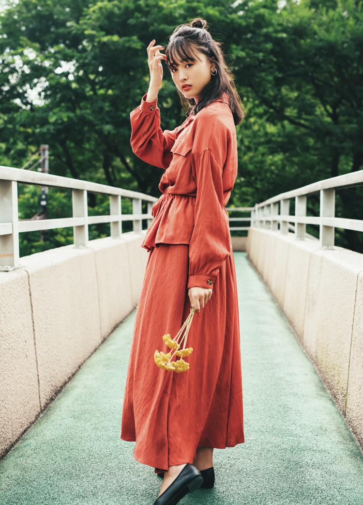 (11/16 大友花恋・毎日コーデ) ウエスト部分のひもでブラウジングさせた、リラクシーなシャツがいい女度を高めてくれる♡ 秋風に揺れるフレアスカートとのコンビなら、+3歳はねらえそう。足元は黒のバレエシューズで引き締めたよ。シャツ¥2999・スカート¥2999/SPINNS イヤリング¥300/レ・シィーニュ バレエシューズ¥4900/REZOY渋谷109店