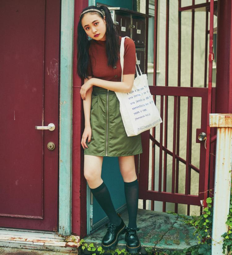 (10/29 宮野陽名・毎日コーデ)シンプルな秋色コーデは +透けソックスで脱・フツー! ニットと台形ミニの簡単ワン・ツーも、足元に変化をつければ一気に差がつく! ソックスの透けが女らしさを足してくれるオマケつき♡ 靴¥25000/ドクターマーチン・エアウエア ジャパン ソックス¥600(17℃)/Blondoll 新丸の内ビル店 ニット¥2900/セシルマクビー 渋谷109店 スカート¥4900/NiCORON SHIBUYA109店 カチューシャ¥500・バッグ¥1998/SPINNS